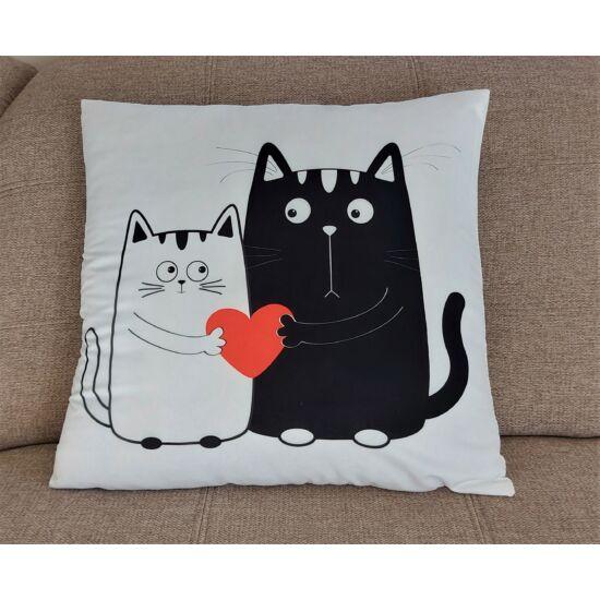 fekete és fehér macskás szívecskés párnahuzat